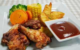 Kids Chicken wings with wedges and vegetables